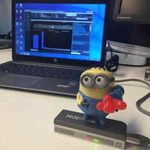 Un séquenceur MinION et un minion - Photo Edwin Cupen