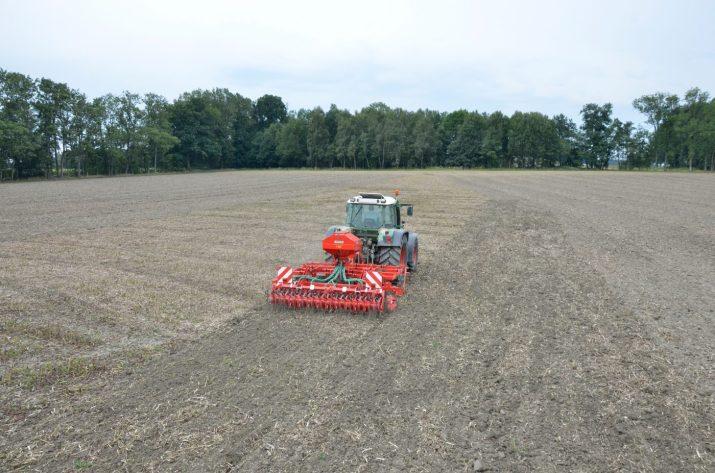 Grundbodenbearbeitung und ZF Anbau in einem Arbeitsgang © Einböck