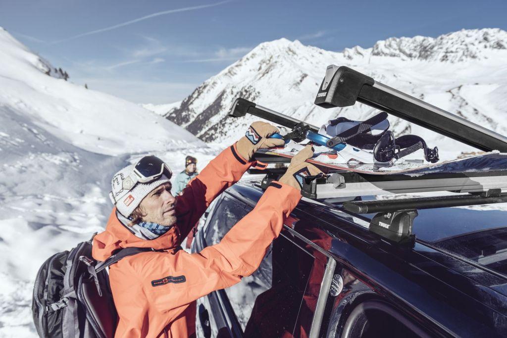 Najbolji način za prevesti skije i snowboardove? Nosači skija ili krovna kutija?
