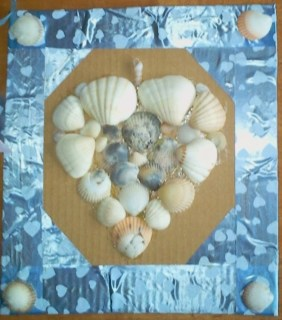 Seashell craft : Got some seashells? Whip them out and put together this heart shaped craft with your seashells. It is very easy to put together and you'd love the outcome.