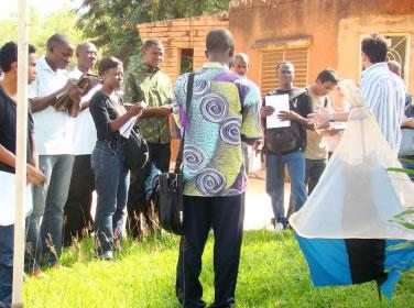 Pose d'un piège à glossines, vecteur de trypanosomoses africaines Travaux sur le terrain au Burkina Faso - promotion II MIE 2007 ©MIE