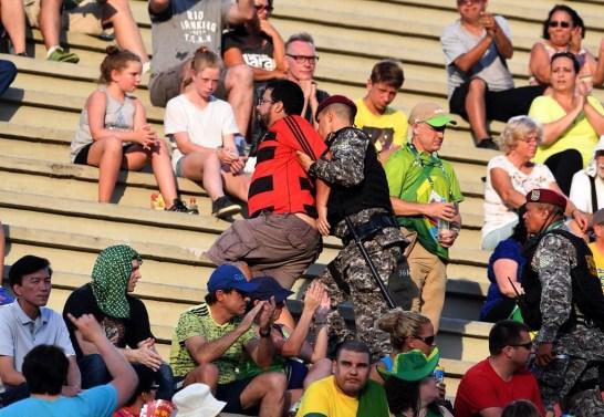 """Manifestante é levado de forma truculenta por membros da Força Nacional. Acusação: ter gritado e erguido um cartaz com os dizeres """"Fora Temer"""", durante evento de tiro com arco no Sambódromo."""