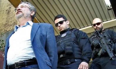 Palocci escoltado: policiais fortemente armados e o acusado, com as mãos para trás