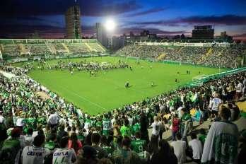 Na Arena Condá, em Chapecó (SC), torcedores se unem em vigília e oração.