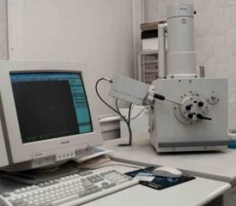 Fig. 1. Elektronowy mikroskop skaningowy (SEM) w Laboratorium Mikroskopii Elektronowej Uniwersytetu Gdańskiego. Fot. A.K. Kowalkowska.