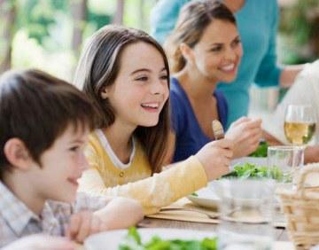 family-dinner-kids-de