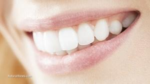 Жена-усмивка-бели-зъби