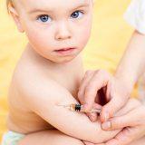 Бебе-доктор-инжектира-ваксина