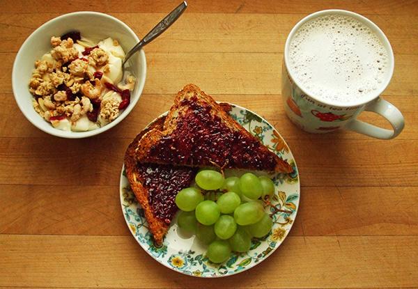 Desayuno completo con frutas, proteinas y lacteos
