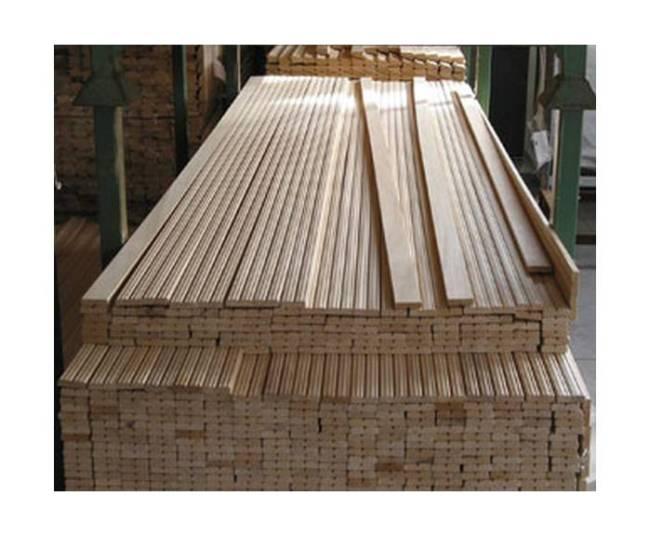 Заготовки для изготовления деревянного багета на складе фабрики