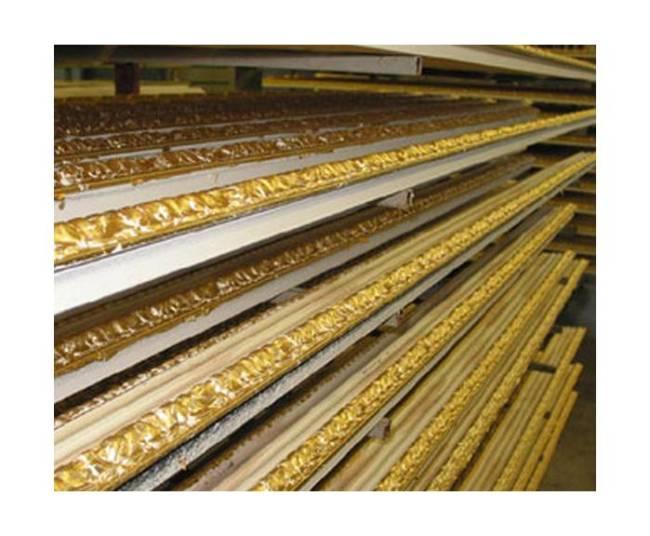 Нанесение золотой фольги на деревянный багет.
