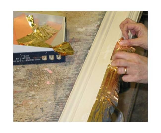 Ручное декорирование багета золотой фольгой