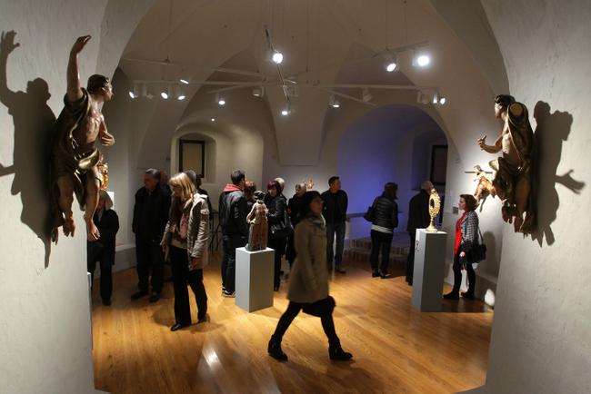 Posjetitelji u razgledavanju izložbe Ne/Izliječeni sveci.