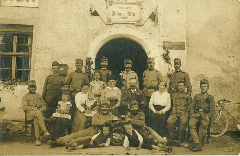 Fotografija (razglednica) koju je soldat Andrija Franc poslao za svog sina Martina iz Innburga (na drugoj istoj slici za sina Martina piše Innsbruck) 24. rujna 1915. godine s bojišnice I. svjetskoga rata iz kojeg se nije vratio. On na slici stoji prvi s lijeva. Obiteljski foto arhiv Z. Franc.