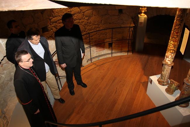 Nadbiskup zagrebački kardinal Josip Bozanić u razgledu izložbe.