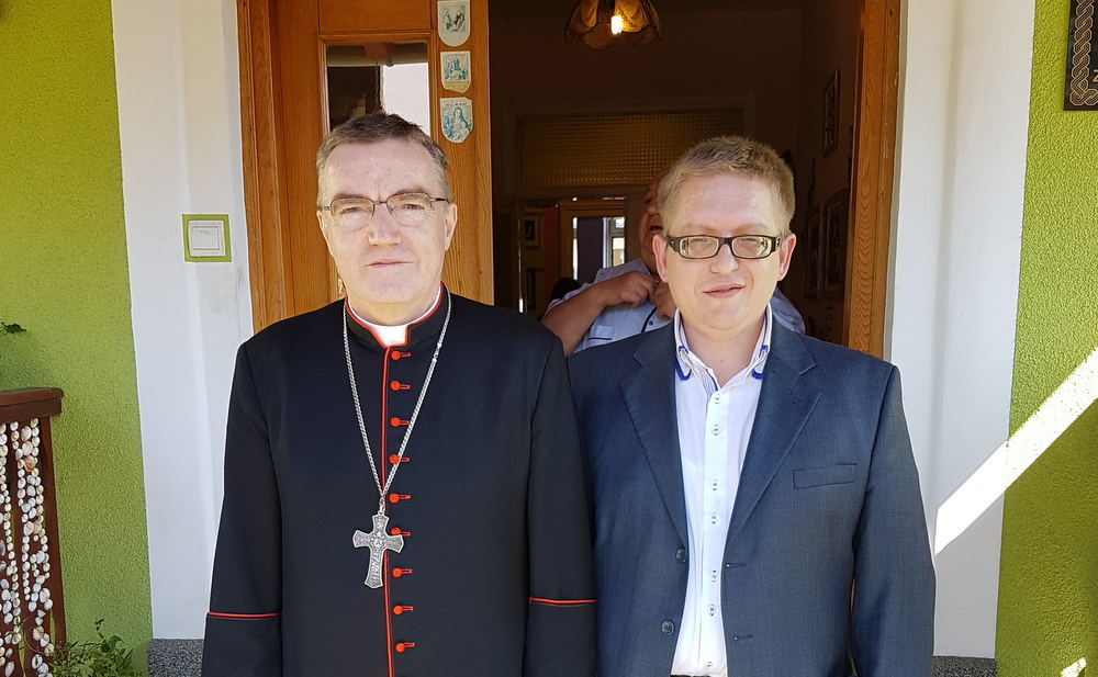 Sa zagrebačkim nadbiskupom kardinalom Josipom Bozanićem za njegova pohoda župi sv. Jelene Križarice u Zaboku.