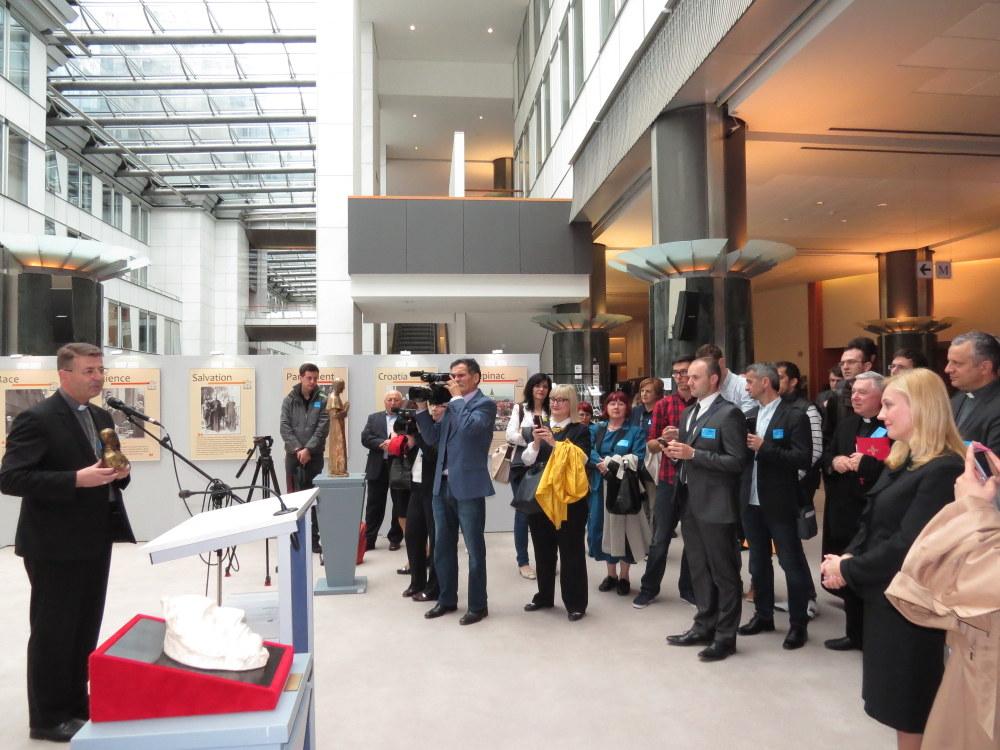 Biskup mons. Ivan Šaško predaje bistu kardinala Stepinca kao dar zahvalnosti eurozastupnici gospođi Marijani Petir za njezin trud i zalaganje koje je uložila organiziravši izložbu i konferenciju.