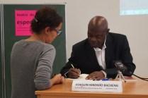 Joaquin MBOMIO firmando libros_2