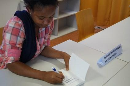 Melibea OBONO firmando libros_2