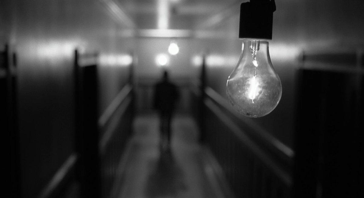 Inquadratura-lampadina-in-corridoio