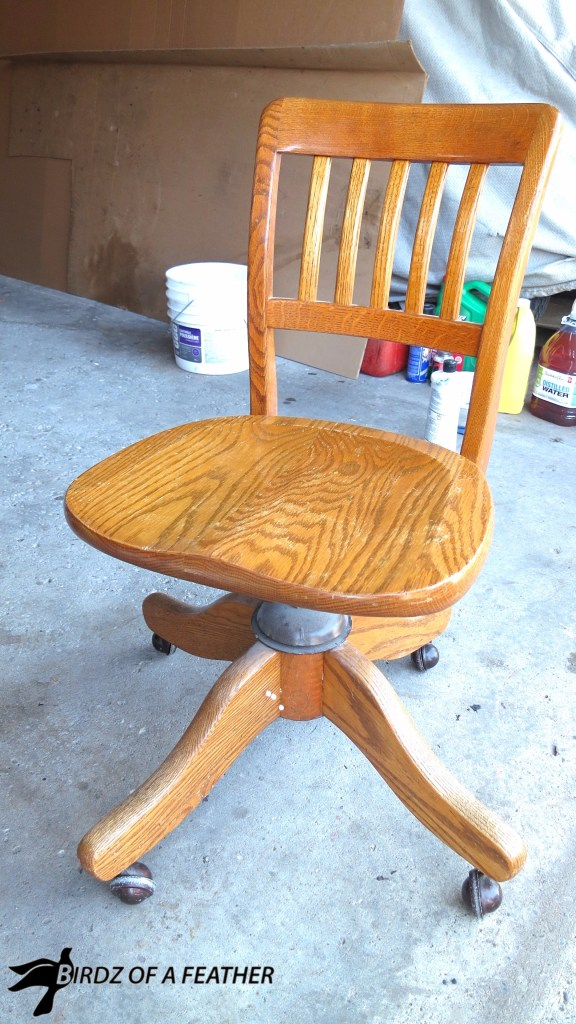 Makeover a vintage oak swivel chair with paint and stencil. Birdz of a Feather | chair makeover | stencil | painted chair | fusion paint #birdzofafeather.ca #birdzofafeather #fusionpaint #stencil #knottymommawoodworking