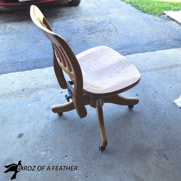 Makeover a vintage oak swivel chair with paint and stencil. Birdz of a Feather   chair makeover   stencil   painted chair   fusion paint #birdzofafeather.ca #birdzofafeather #fusionpaint #stencil #knottymommawoodworking
