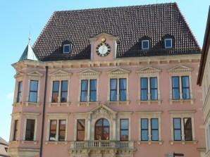 Das Rathaus, erbaut von 1871 bis 1881 nach den Plänen des Münchener Architekten Georg von Hauberrisser