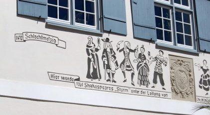 Shakespeare-Szenen an der Fassade
