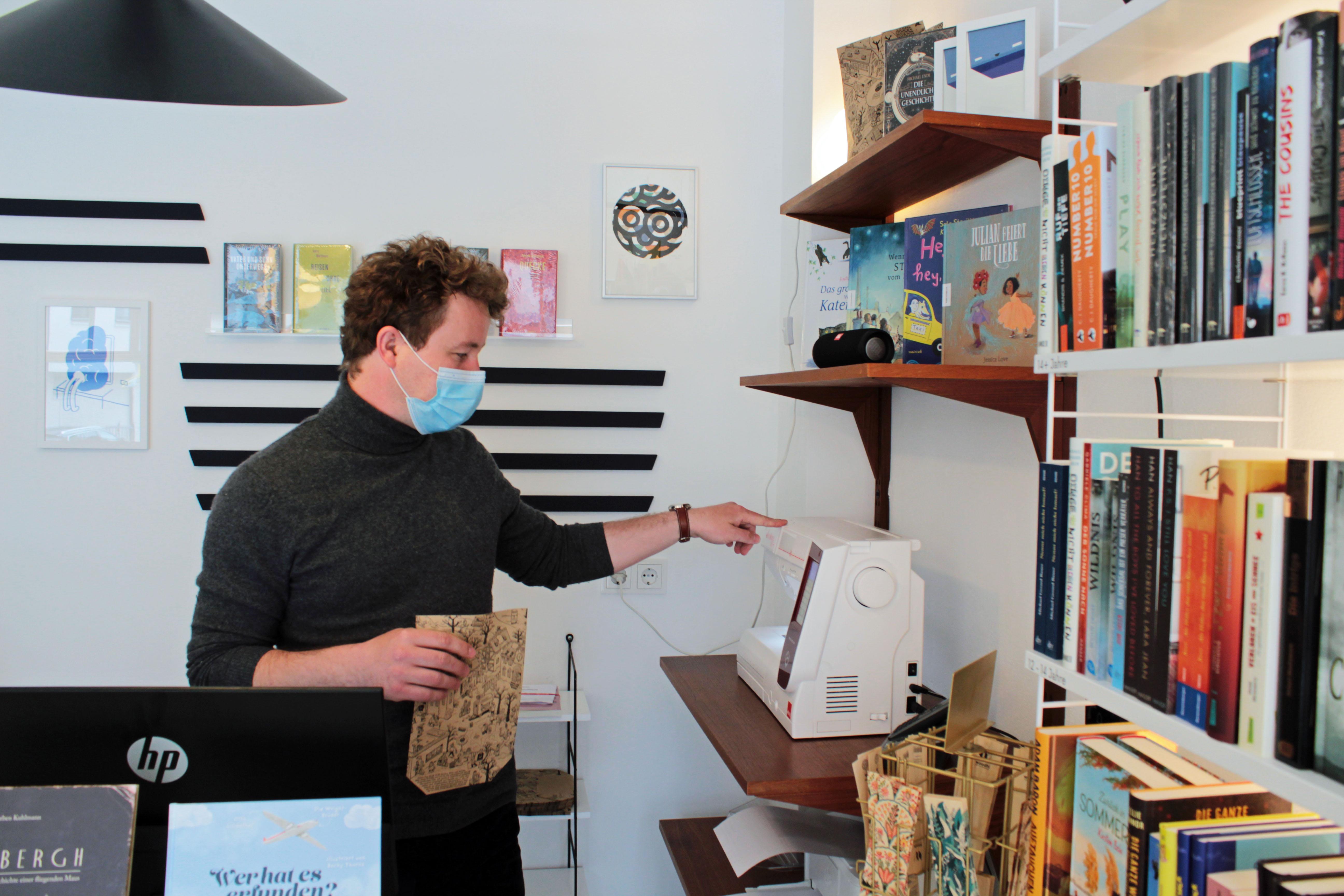 Aegis Buchhandlung: Wo einem Bücher in die Tüte kommen