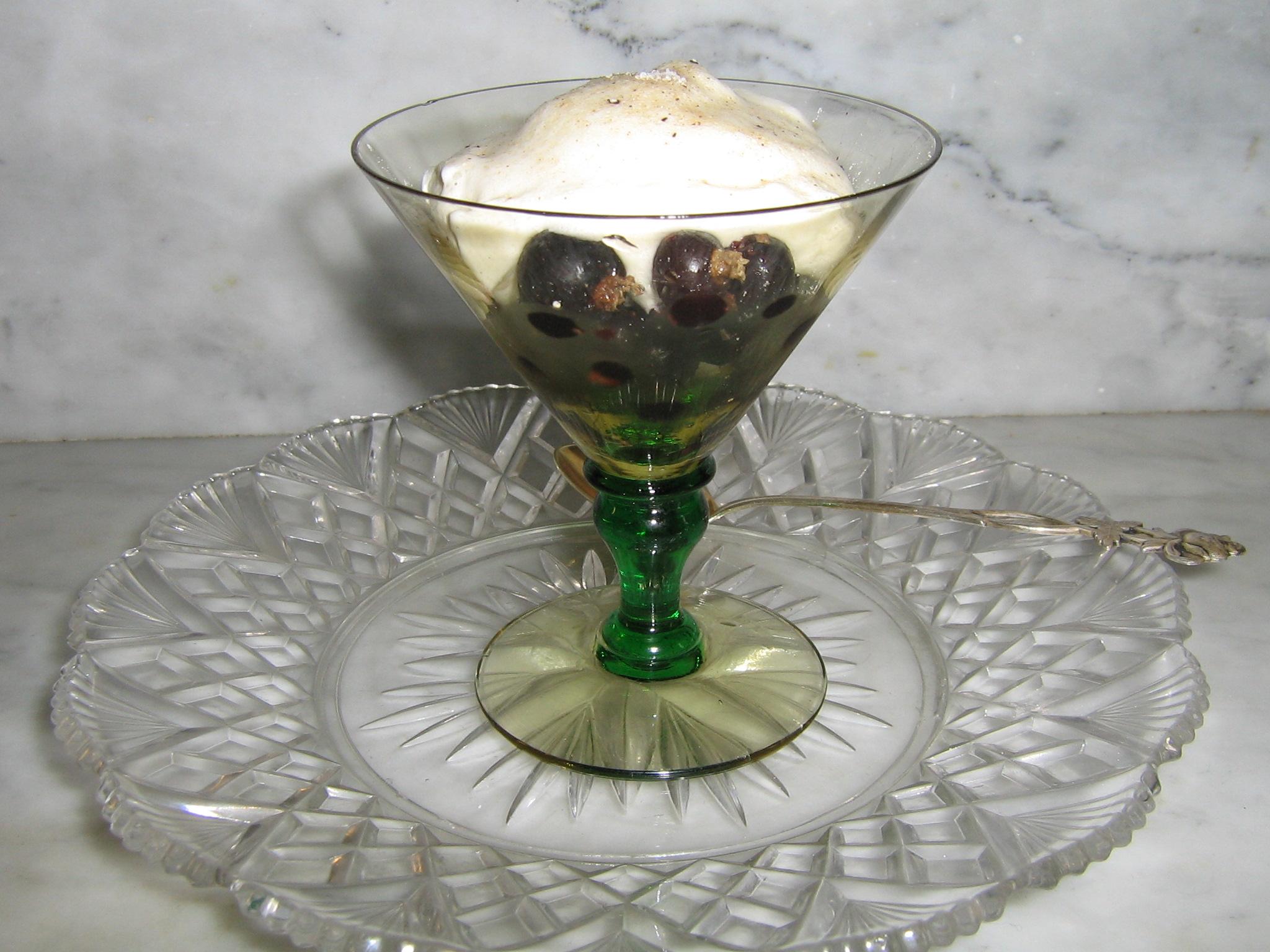 Ett litet glas med bär räcker som dessert