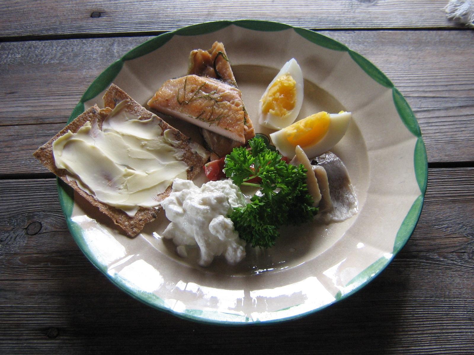 Frukosttallrik med KRAV-märkt Sill från Abba, Ekologiska Ägg, Ricotta-ost, Gravad Öring och Knäckebröd från Kaxås