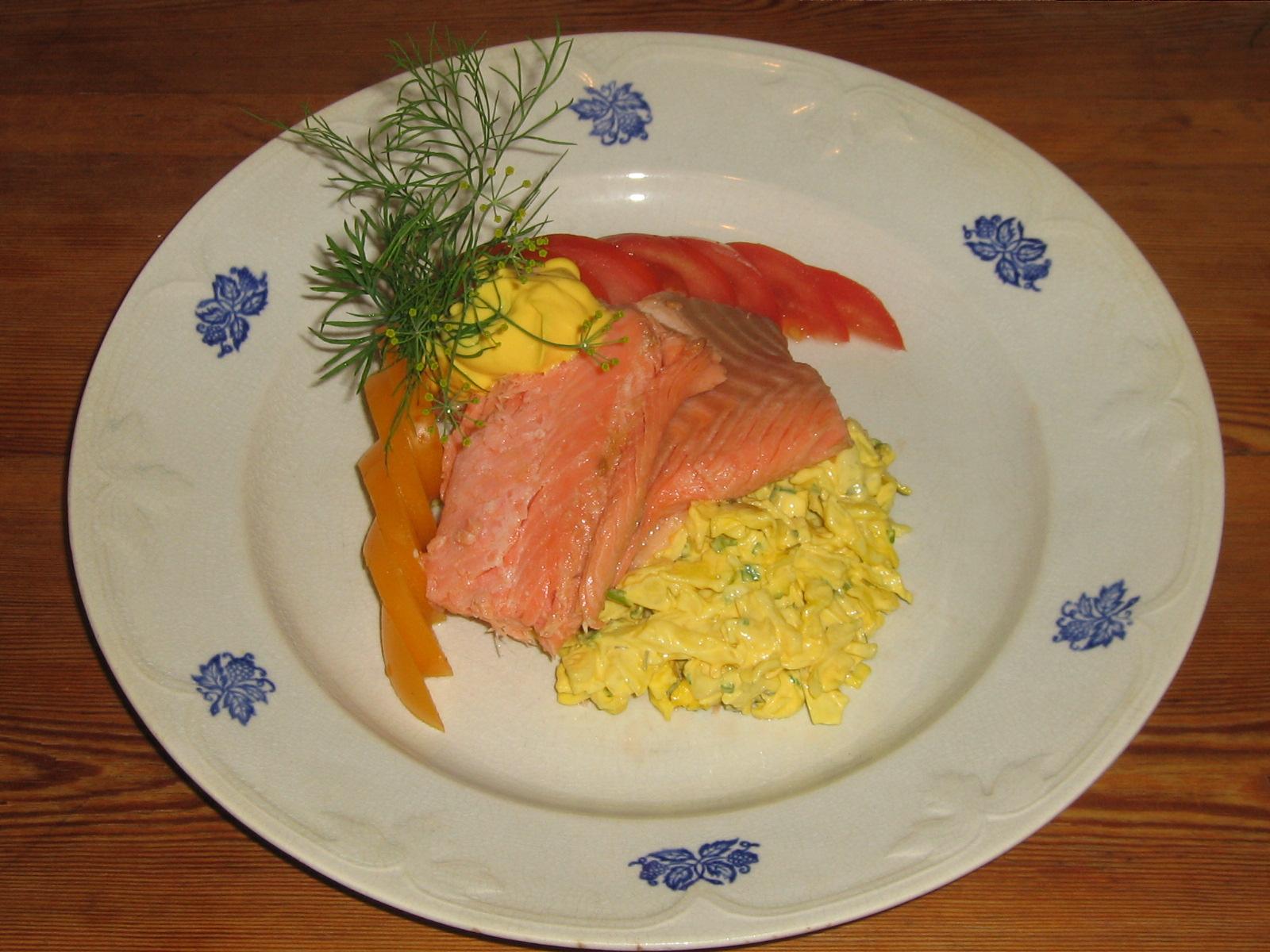 Varmrökt Regnbågsfilé från Börtnans Fjällvattenfisk med Saffrans-Aioli och Vitkålssallad. Tomater från Ås Trädgård