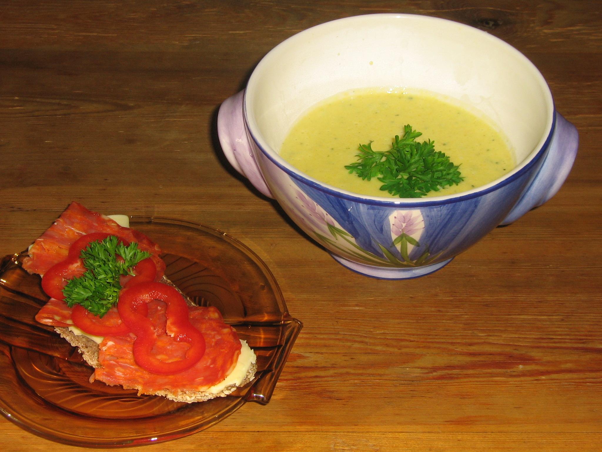 Krämig Grönsakssoppa med Salami på Surdegsbröd