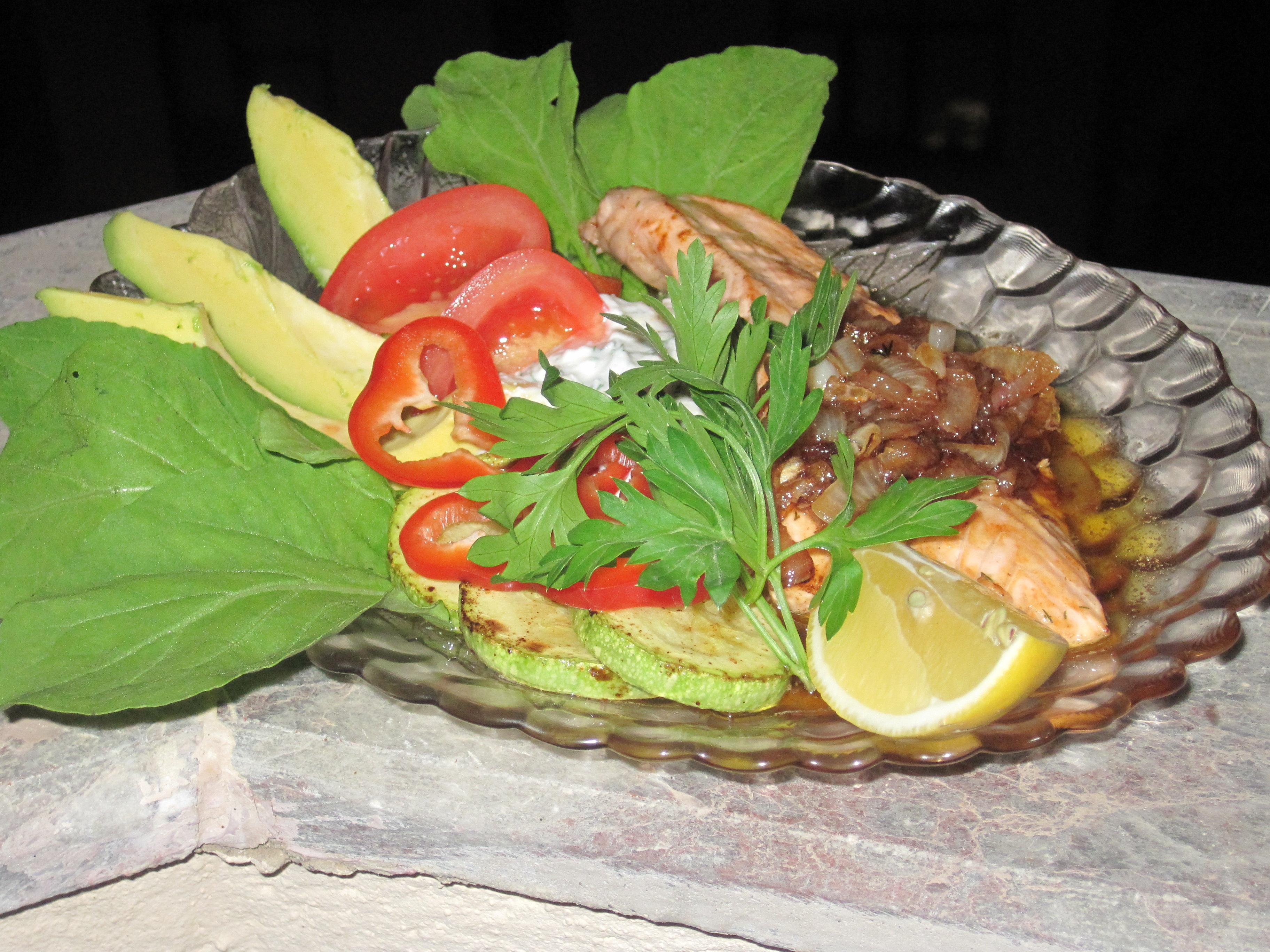 Smörstekt Lax med Lök, Zucchini, Avocado och Färskoströra med Dill