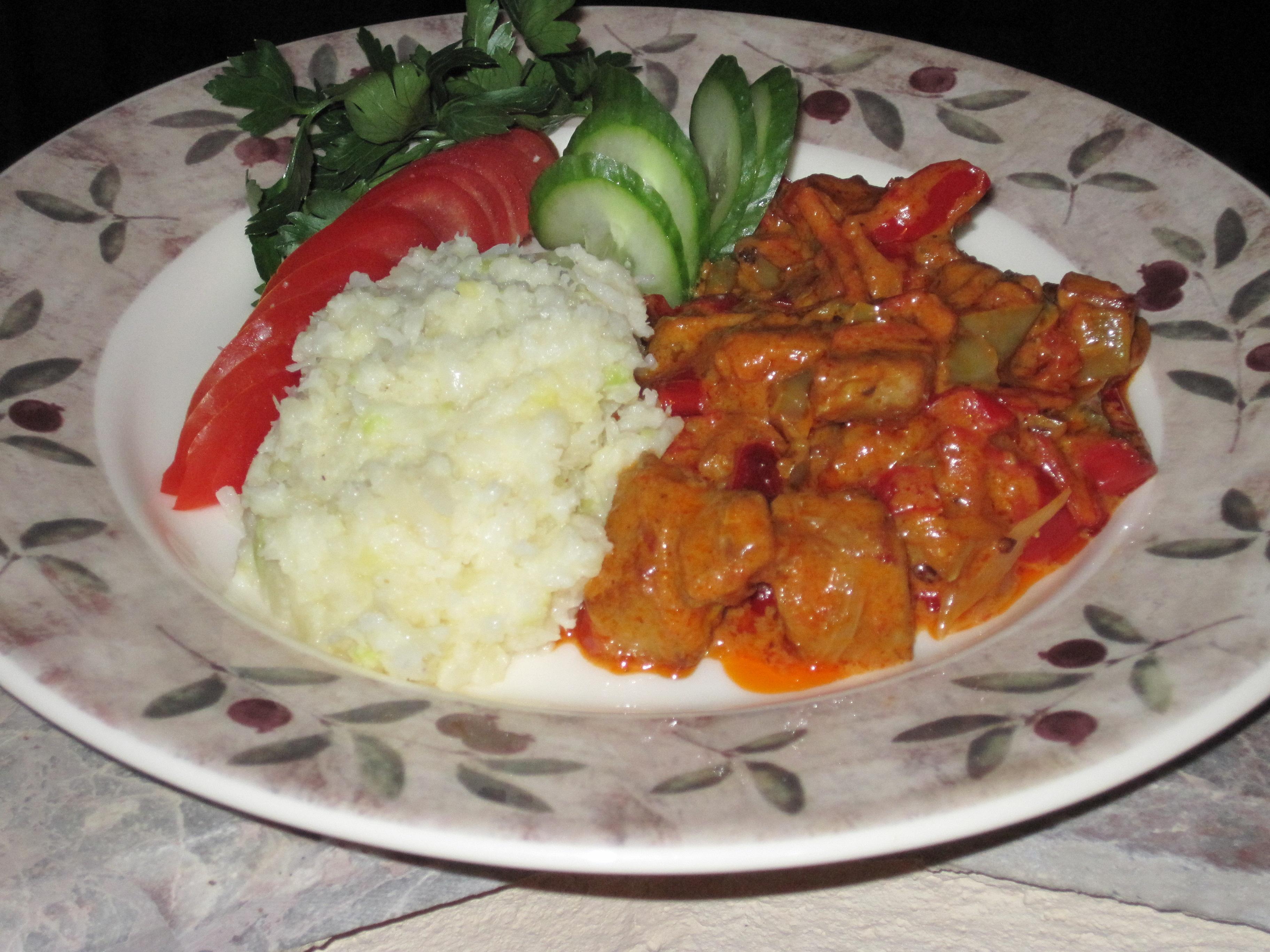 Kalkongulasch med Tomat,Paprika och Grädde med Blomkål-Zucchinimos