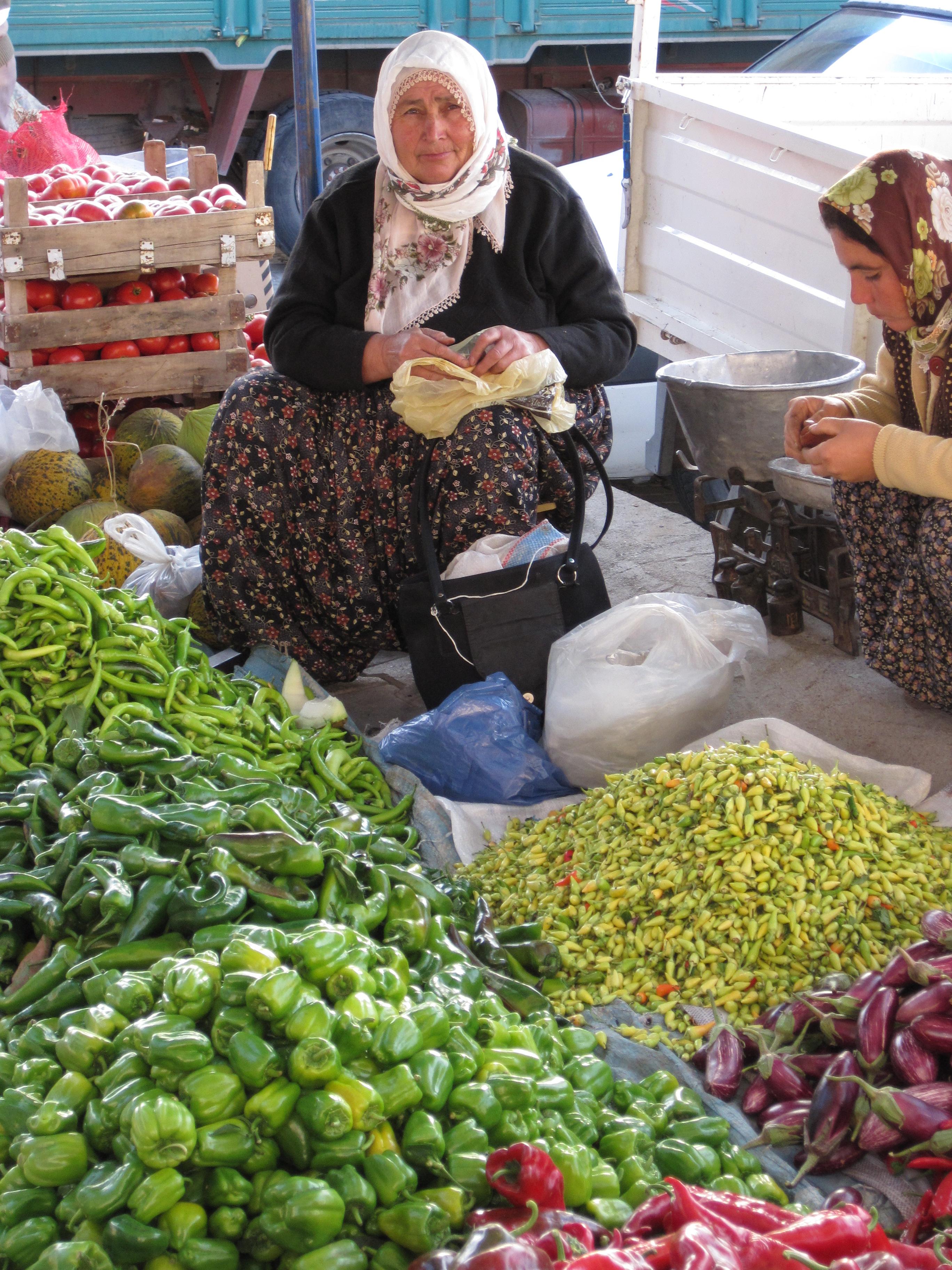 Grönsaksförsäljare på marknaden i Ürgüp