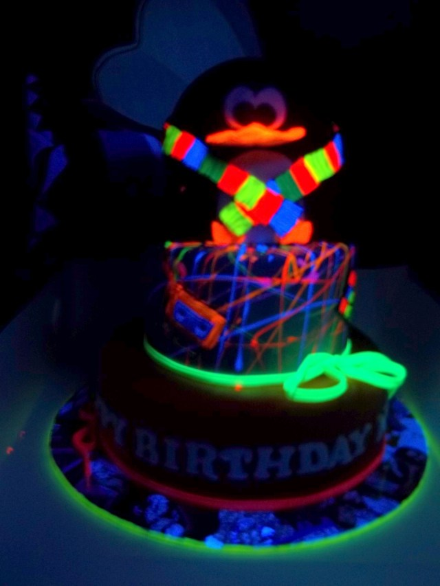 Glow In The Dark Birthday Cake Cool A Pinguin Glow In The Dark Cake Cakes Cake Glow Birthday Cake