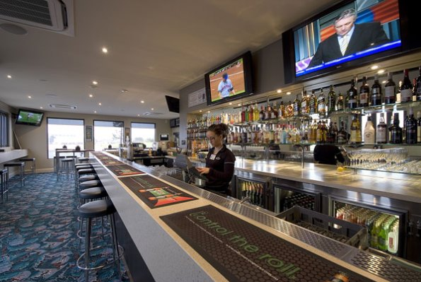 bars-and-entertainment-at-the-birkenhead-hotel-4