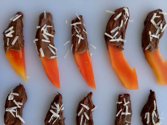 Pawpaw recipe: Chocolate dipped in pawpaw, a very quick and healthy dessert threat.