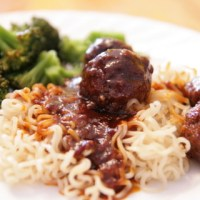כדורי בשר מתקתקים חריפים בסיר לבישול איטי