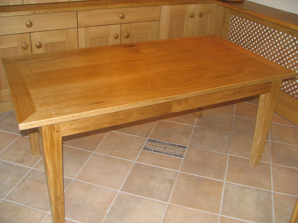 OAK KITCHEN TABLE AND CHAIRS : TABLE AND CHAIRS
