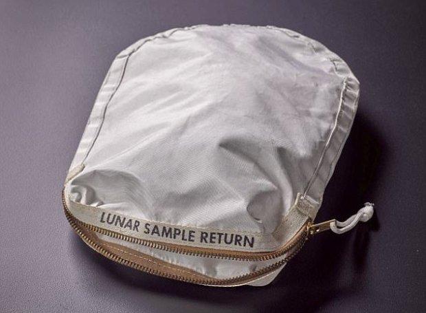 Сумку, в которой на Землю доставили первый образец лунного грунта, продадут в Нью-Йорке
