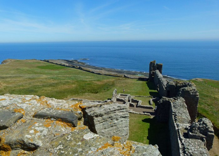 Dunstanburgh Castle, Constable's House, curtain wall