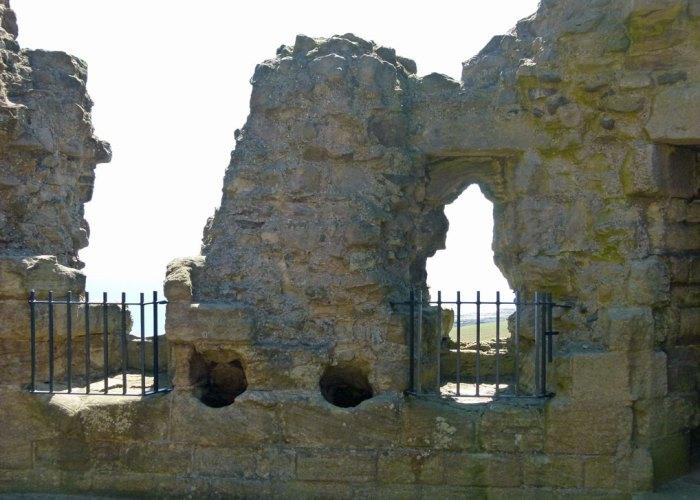 Dunstanburgh Castle, gatehouse, defences