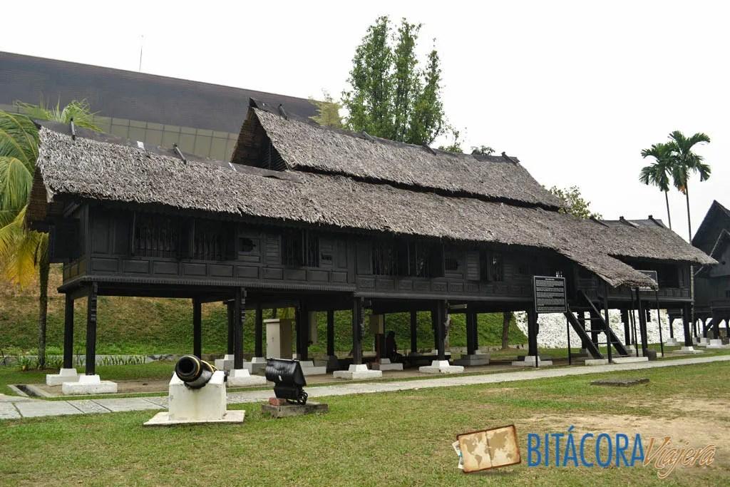 Las longhouses son tradicionales viviendas malayas, todavía quedan algunos ejemplares originales en Borneo