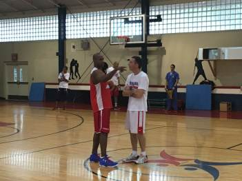 Michael Hicks conversando con Ruiz Lorente, luego del entrenamiento.