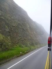 Camino hacia cuenca a unos 2 300 m.s.n.m. Parece como si atravezaras las nubes.