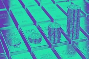 Bitcoin Kurs und Gold. Bitcoinmünzen, die auf Goldbarren gelagert sind.