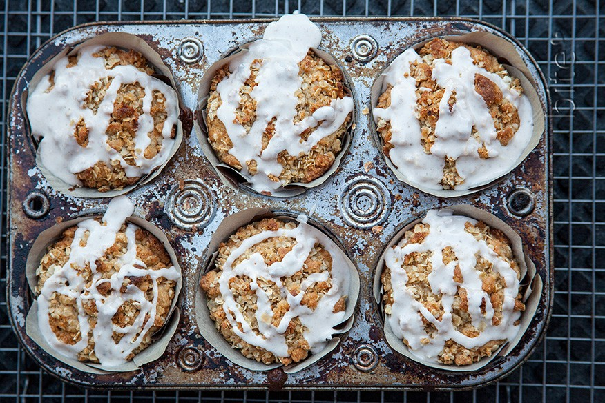apple crisp muffins with cinnamon drizzle