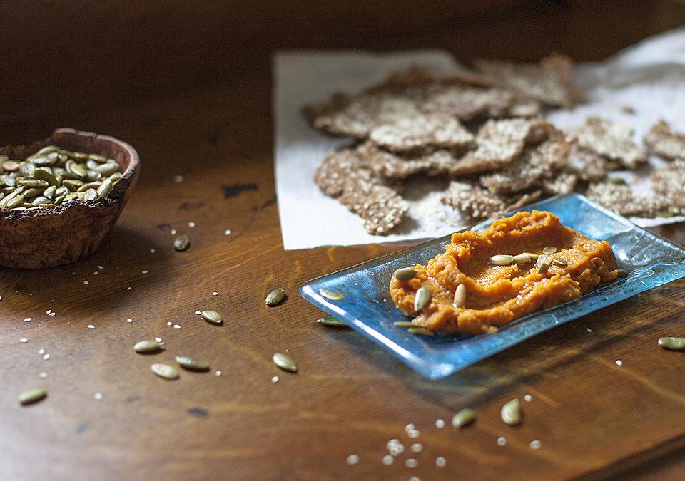 one-ingredient whole grain crackers with pumpkin hummus l bitebymichelle.com
